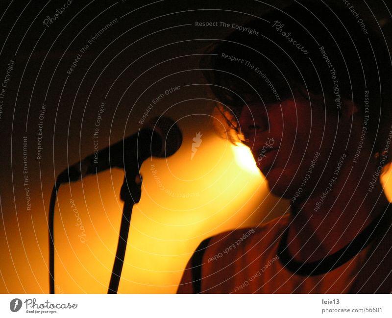 Liedschatten Gesang Sänger Bühne Mikrofon Show Konzert singen Bühnenbeleuchtung Scheinwerfer lampenfieber
