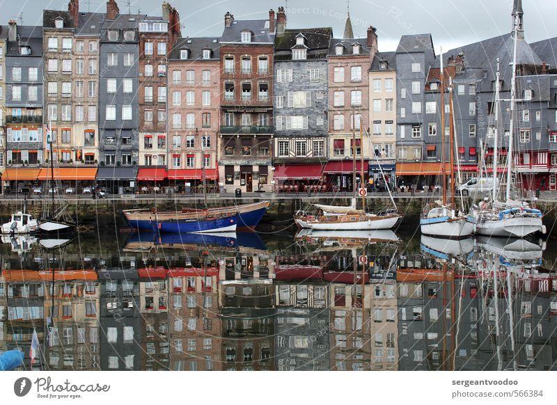 Spiegelung im Hafen Ferien & Urlaub & Reisen Meer ruhig Architektur grau Idylle ästhetisch historisch Gastronomie malerisch Schifffahrt Frankreich Fernweh