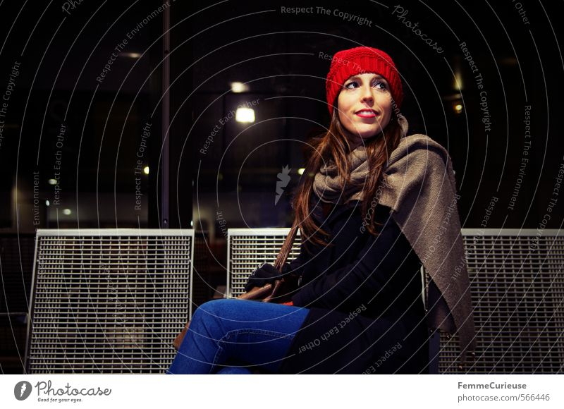 At the station (VII). Mensch Frau Ferien & Urlaub & Reisen Jugendliche Stadt rot Junge Frau Winter 18-30 Jahre Erwachsene feminin Reisefotografie lachen Metall