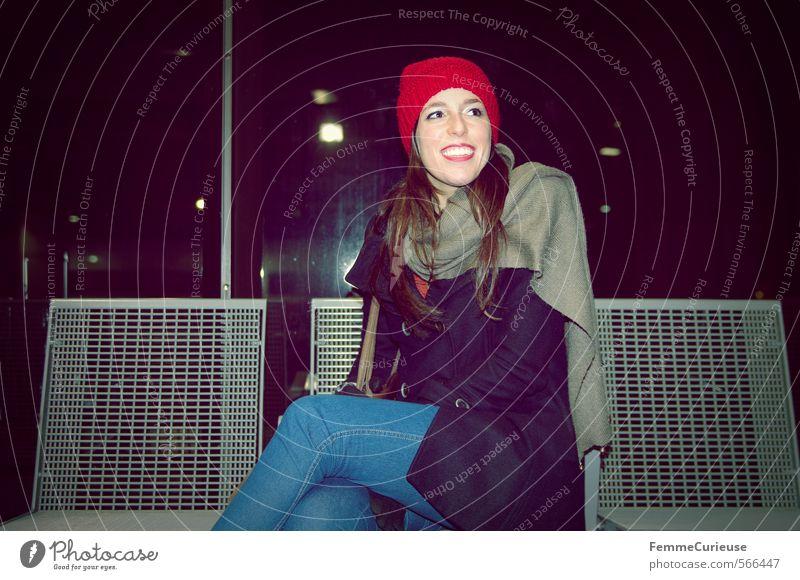 At the station (I). Mensch Frau Ferien & Urlaub & Reisen Jugendliche Stadt Junge Frau Winter 18-30 Jahre kalt Erwachsene feminin Reisefotografie lachen Stil