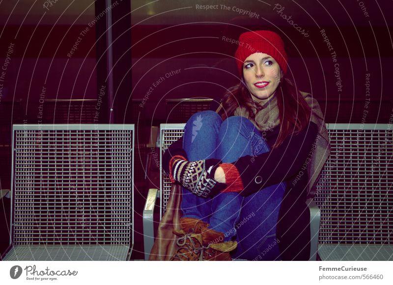 At the station (V). Mensch Frau Jugendliche Stadt Junge Frau Winter 18-30 Jahre kalt Erwachsene feminin Reisefotografie Beine Verkehr warten Bank Mütze
