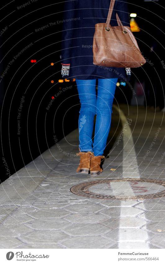 At the station (VI). Mensch Frau Jugendliche Stadt Junge Frau Winter 18-30 Jahre Erwachsene feminin Reisefotografie gehen braun Verkehr warten Ausflug dünn