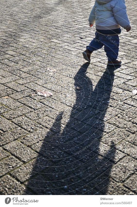 Kinderbeine Mensch Stadt Sonne Winter Straße Spielen grau Stein Gesundheit gehen Horizont maskulin Zufriedenheit laufen Platz