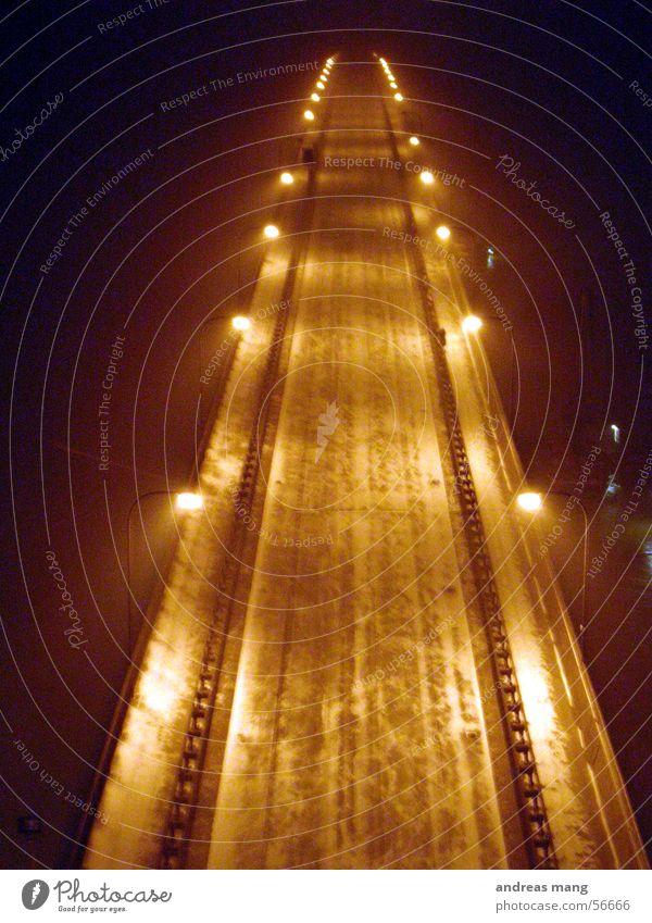 Die Brücke ins Unendliche Nacht dunkel Straßenbeleuchtung Licht Schnee lang Ferne Beleuchtung hell road street bridge light snow