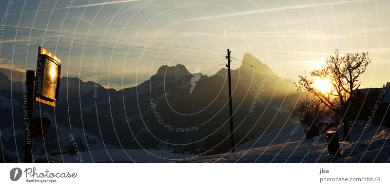 byebye sunshine Baum Sonne blau Winter schwarz gelb Straße Schnee Berge u. Gebirge Stimmung orange Alpen Spiegel Abenddämmerung Möhre Bergkette