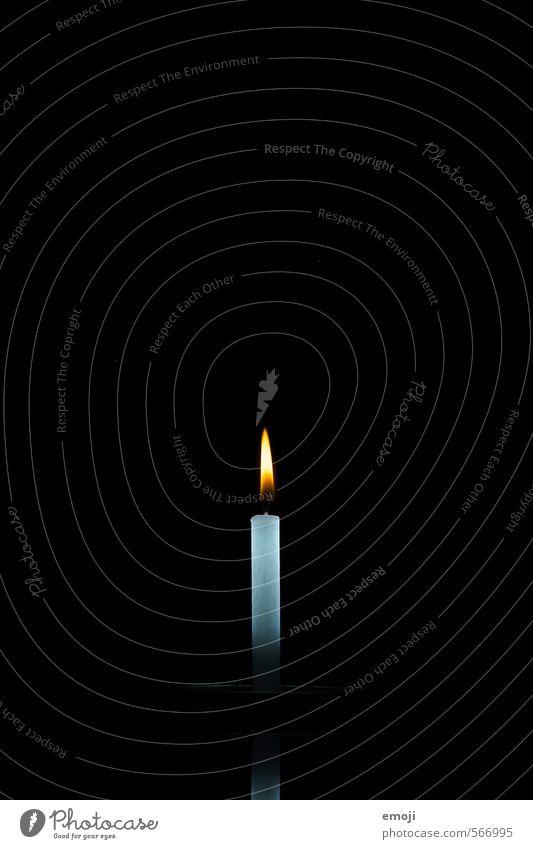 Sinnbild Kerze Flamme Wachs Symbolismus Symbole & Metaphern dunkel schwarz Kerzenschein Licht Hoffnung Glaube Hoffnungsstrahl Weihnachten & Advent Farbfoto