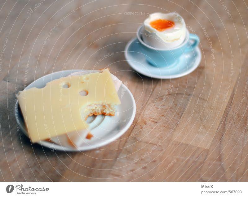 Frühstück Lebensmittel Wurstwaren Käse Brot Ernährung Essen Büffet Brunch Teller Tisch lecker Hühnerei Frühstückstisch Pause Snack Mahlzeit Eierbecher Käsebrot