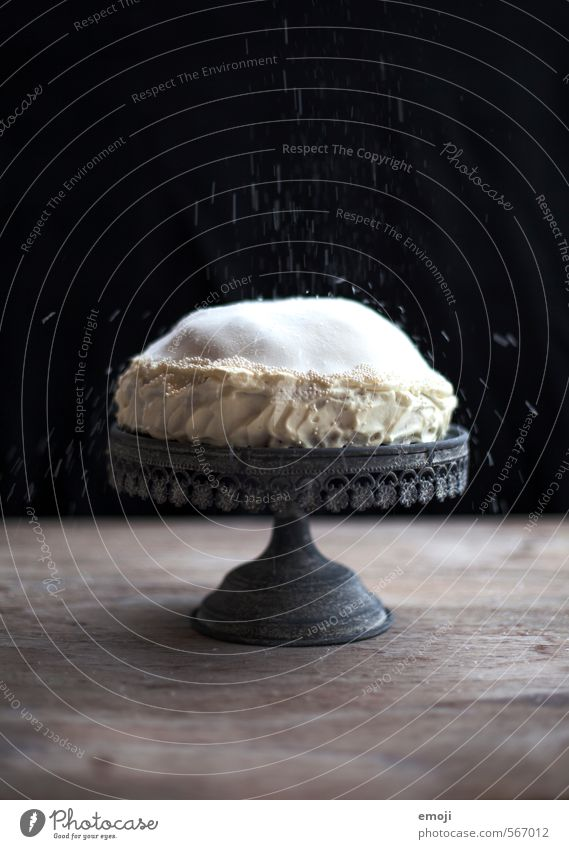 Kokosschnee Kuchen Dessert Süßwaren Torte Ernährung Slowfood Tortenplatte lecker süß schwarz weiß Kalorienreich Farbfoto Gedeckte Farben Innenaufnahme