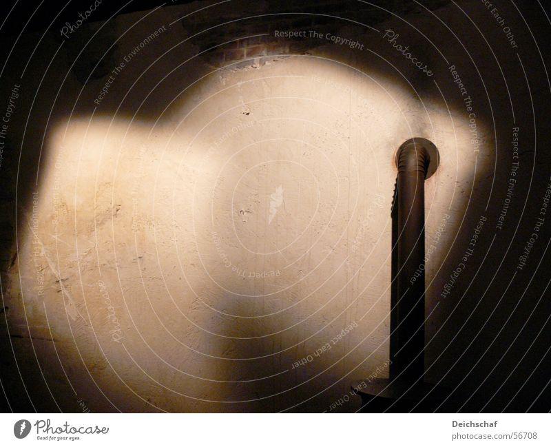 Lichtspiel Kaminrohr dunkel Einsamkeit Keller Raum Schatten