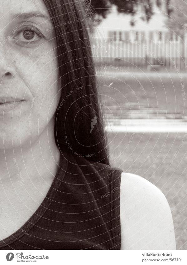 halbes Bienchen Frau Mensch Natur Gesicht schwarz Auge Stil grau Traurigkeit Mund Linie Nase Klarheit Gesichtsausdruck Schulter Hälfte