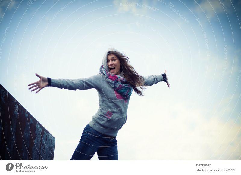 I am free Freude Glück feminin 1 Mensch Mode Feste & Feiern fliegen lachen springen Fröhlichkeit frisch lustig positiv dünn verrückt Gefühle Zufriedenheit