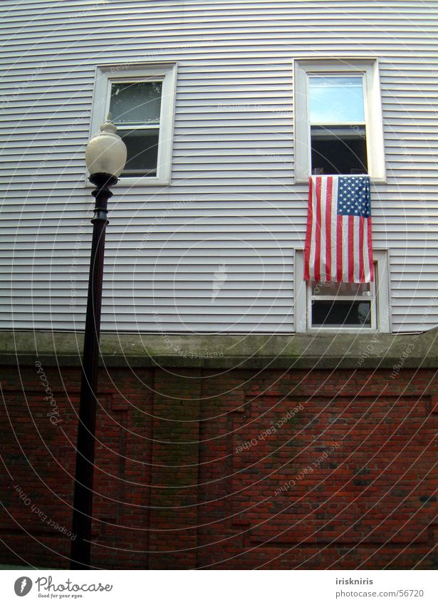 Flaggenkultur Boston Neuengland Patriotismus Holzhaus Fenster Mauer Laterne Fahne Amerika Straßenbeleuchtung Außenaufnahme USA historisch staatsgesinnung
