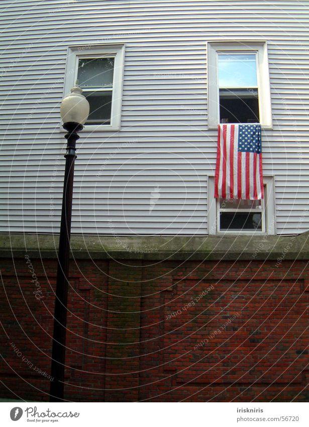 Flaggenkultur Fenster Mauer USA Fahne Laterne Amerika historisch Straßenbeleuchtung Holzhaus Patriotismus Boston Neuengland