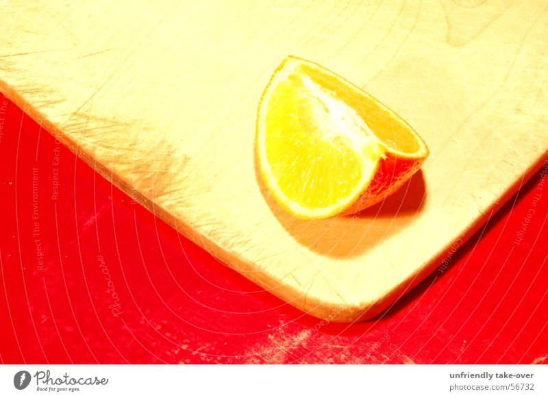 Mandarine auf Holzbrett auf rotem Tisch Frucht Stillleben