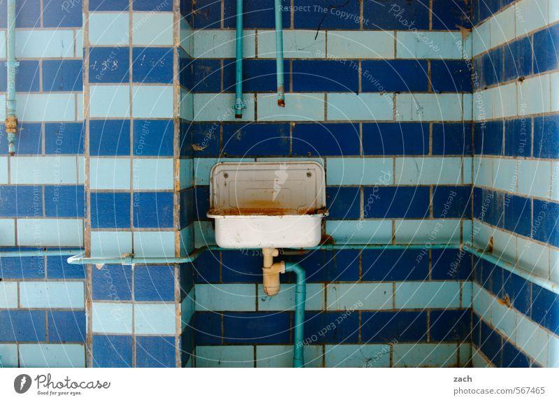 Küche | Abwasch blau alt Haus Wand Innenarchitektur Mauer Architektur Linie Häusliches Leben kaputt Vergänglichkeit Wandel & Veränderung Bad Fliesen u. Kacheln