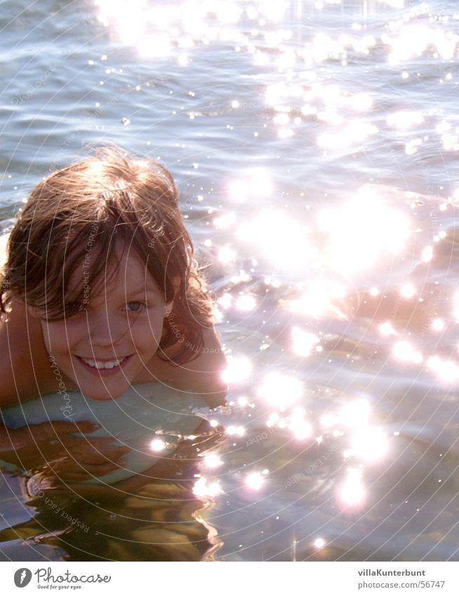 Glitzerbad Kind Sonne Meer Sommer ruhig Erholung Junge Glück See Zufriedenheit glänzend Fröhlichkeit Schwimmen & Baden kindlich