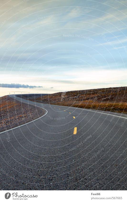 Einengung Landschaft Himmel Wolken Herbst Sträucher Flechten Menschenleer Verkehrswege Autofahren Straße Stein Beton Linie Streifen Asphalt fest blau gelb grau