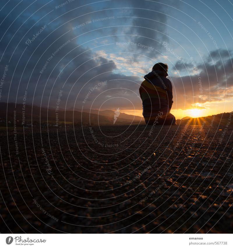 sitzen gelassen Mensch Himmel Natur Jugendliche Ferien & Urlaub & Reisen Mann Sommer Sonne Erholung Einsamkeit Landschaft ruhig Freude Ferne Erwachsene Berge u. Gebirge
