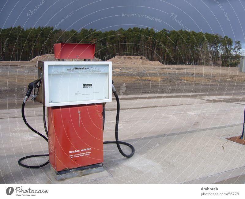einsame Zapfsäule Einsamkeit tanken Sprit Tankstelle Diesel rot auftanken Kontrast Ferne