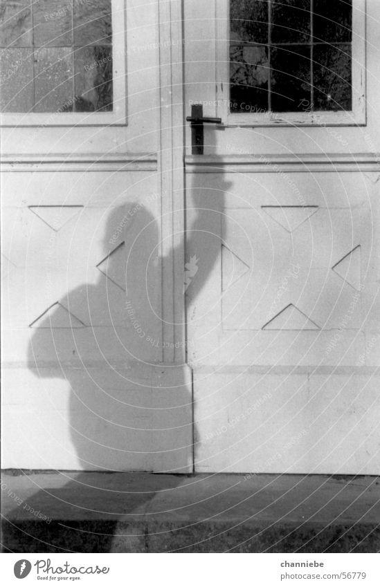 schattenspiel Außenaufnahme Schattenspiel shadow Schwarzweißfoto Tür door die tür öffnen opening the door winning Freiheit ziel erreichen achieving the goal