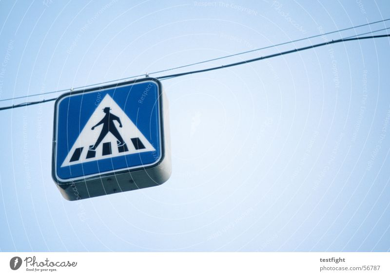 fußgänger Fußgänger hängen hängend Verkehrszeichen Zebrastreifen Schilder & Markierungen blau Hinweisschild Zeichen Seil