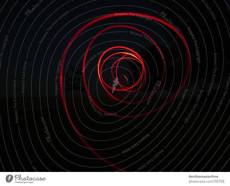 Spuren (in rot) Diode dunkel Leuchtspur Nacht schwarz Streifen Kreis Kreisel Licht Geschwindigkeit Aktion Tunnelblick Sog saugen Begierde Elektrizität Richtung