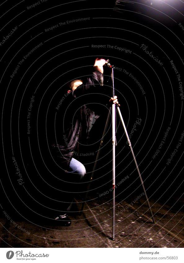 aller anfang... Mann schwer Fotograf Fotografieren Nacht Langzeitbelichtung Unschärfe Stativ Licht Garage Tiefgarage Hose Jacke Hand klaus Beginn