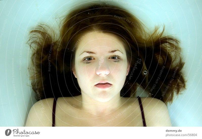 experiment III Experiment unten Luft atmen Tod Leiche Frau bleich Bikini Badeanzug Badewanne Lippen blond grün dunkel kaputt Wasser Unterwasseraufnahme kathrin