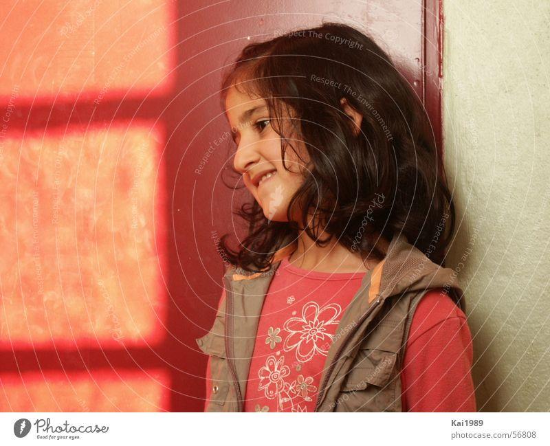 Unsicheres Mädchen süß kindisch kindlich Trauer Kind Naivität unsicher abgelegen Außenseiter Innenaufnahme Porträt Traurigkeit Freude