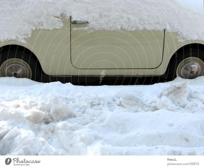 Fiat im Schnee alt Winter Straße klein PKW Tür Verkehr Bürgersteig Rad Griff beige