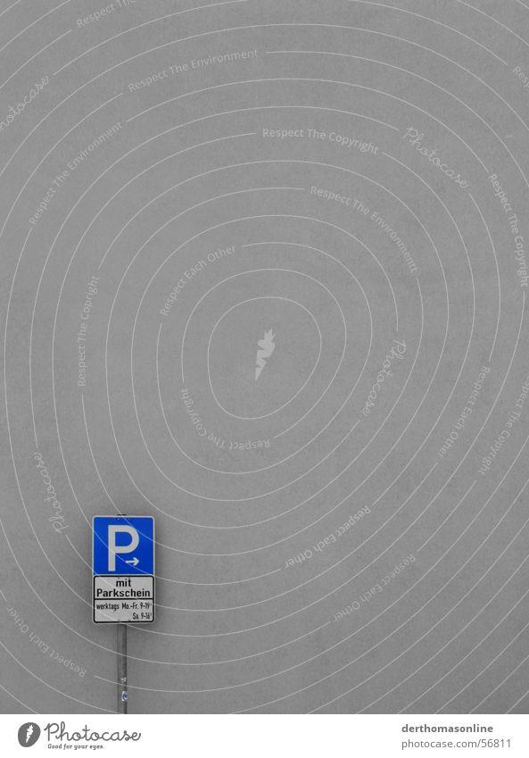 werktags 9–19 Uhr Parkplatz Parkschein Parkschild Wand P-Symbol minimalistisch Fassade einfach simpel leer Sauberkeit Etikett Richtung grau Monochrom schwarz