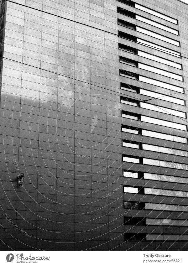 der zauberspiegel* Haus Gebäude Fassade Bürogebäude Arbeit & Erwerbstätigkeit Fenster Überwachung Überwachungskamera schwarz weiß grau dunkel