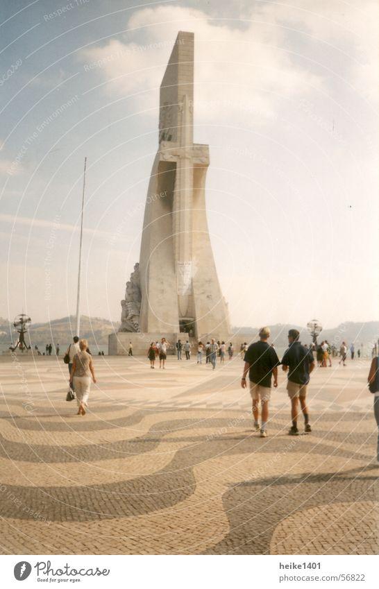 Entdecker-Denkmal Lissabon Portugal Europa Padrão dos Descobrimentos Ferien & Urlaub & Reisen Sommer Tourist Tourismus Sightseeing Kultur Bildung Außenaufnahme
