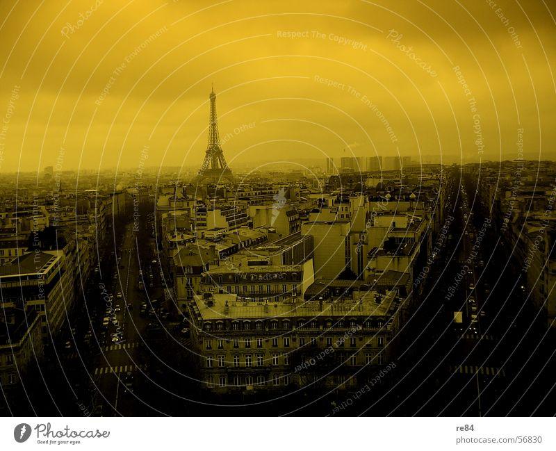 Weltuntergangsstimmung in Paris Himmel Stadt schwarz Wolken gelb Straße grau Linie Angst Wohnung Nebel Wetter Hochhaus Platz Paris