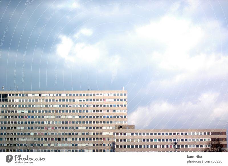 plattentektonik Plattenbau Haus Gebäude Wand Fassade Sechziger Jahre Siebziger Jahre Berlin Wolken DDR Regen Himmel Grafik u. Illustration