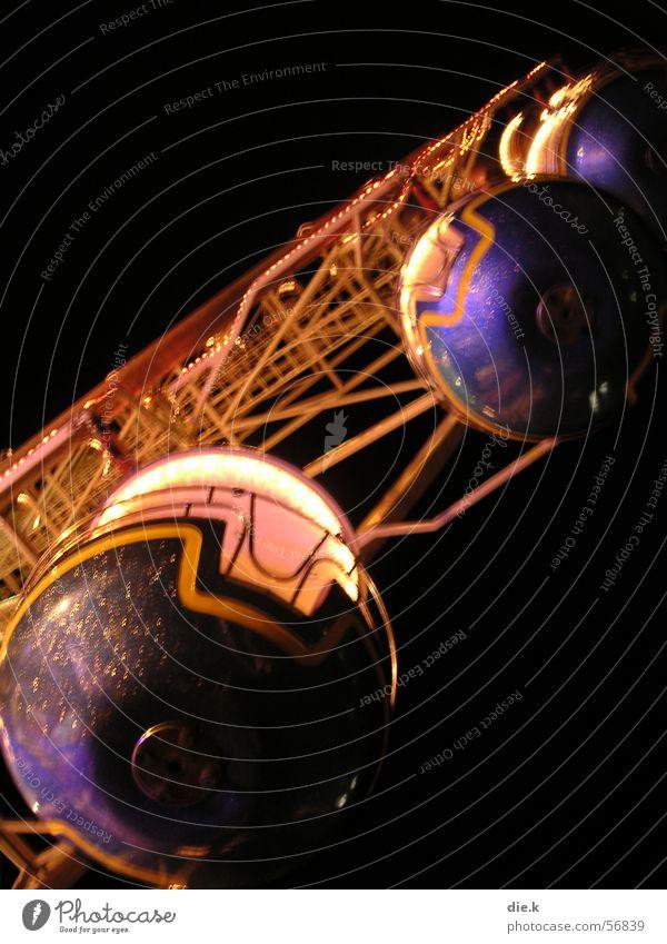riesenrad bei nacht Mensch Himmel blau Freude schwarz dunkel oben Bewegung Glück Lampe hell Feste & Feiern Arbeit & Erwerbstätigkeit Wind Angst Freizeit & Hobby