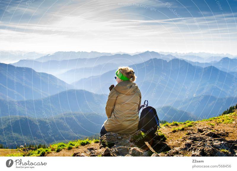 Die Welt zu Füßen Lifestyle Ferien & Urlaub & Reisen Tourismus Berge u. Gebirge wandern feminin Junge Frau Jugendliche 18-30 Jahre Erwachsene Natur Landschaft