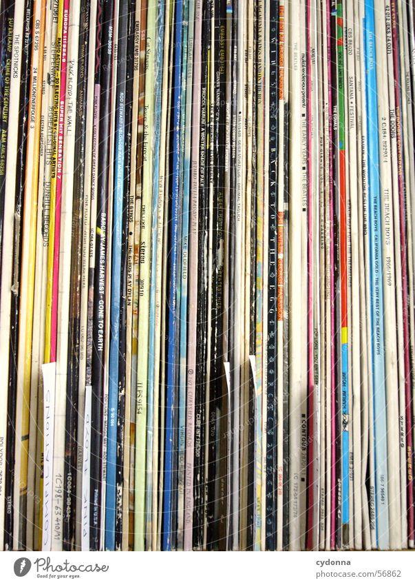 Plattensammlung alt Spielen Musik Ordnung retro hören Vergangenheit Reihe Sammlung Klang Schallplatte sortieren Oldtimer klassisch akustisch Kassenerfolg