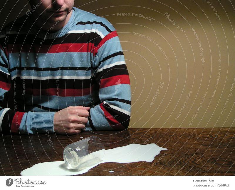 the milky way Milch Tisch Mann Wand gelb Pullover Streifenpullover verschütten Glas Milchglas umfallen Missgeschick Textfreiraum rechts tollpatschig