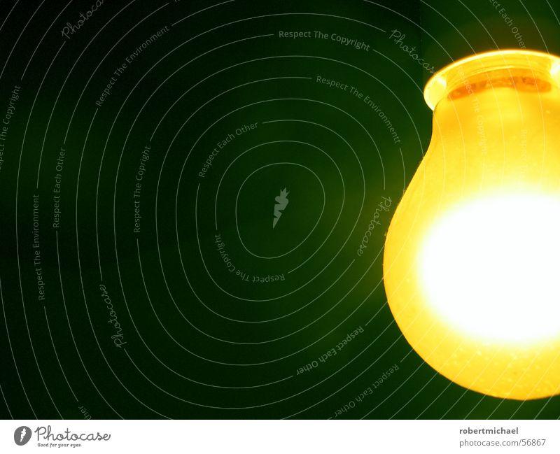 Gelber Glüher 1 Licht Lampe Heiligenschein Halo Glühbirne Wand dunkel Elektrizität Erkenntnis hell erleuchten angezündet Romantik Dinge zünden Brainstorming
