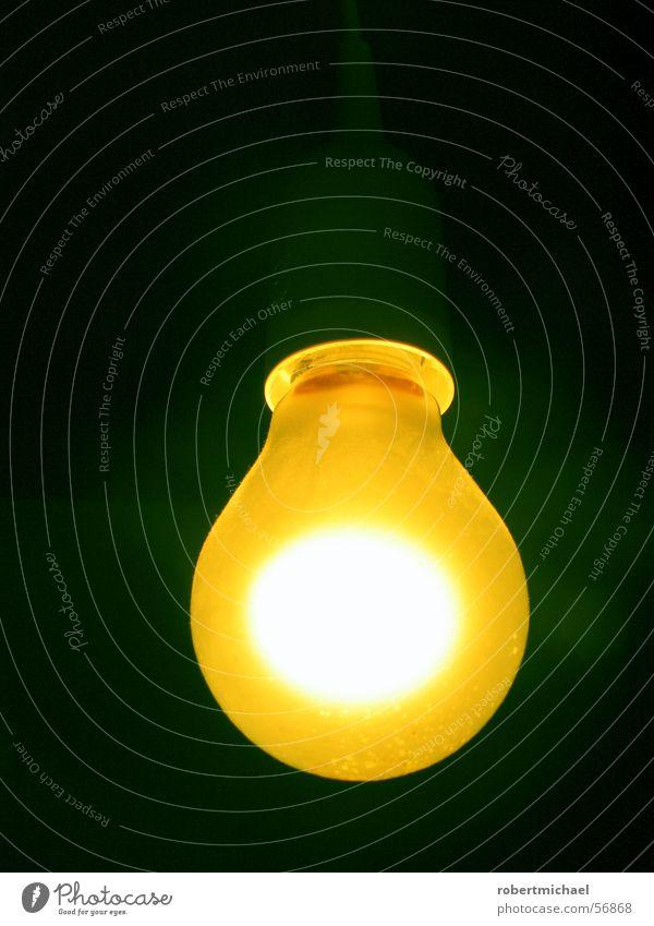 Gelber Glüher 2 Licht Lampe Heiligenschein Halo Glühbirne Wand dunkel Elektrizität Erkenntnis hell erleuchten angezündet Romantik Dinge zünden Brainstorming