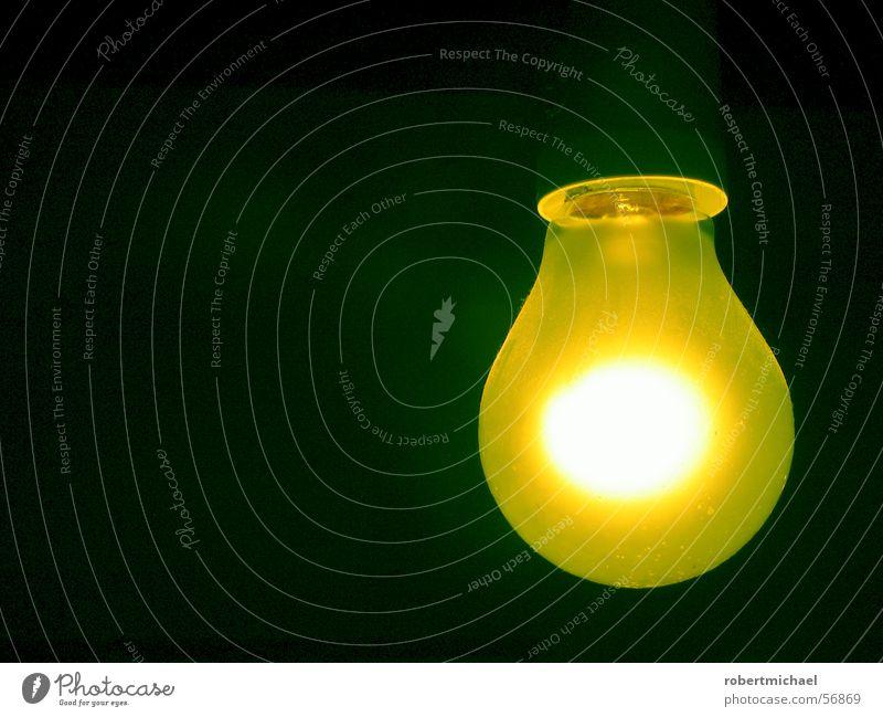 Gelber Glüher 3 Licht Lampe Heiligenschein Halo Glühbirne Wand dunkel Elektrizität Erkenntnis hell erleuchten angezündet Romantik Dinge zünden Brainstorming