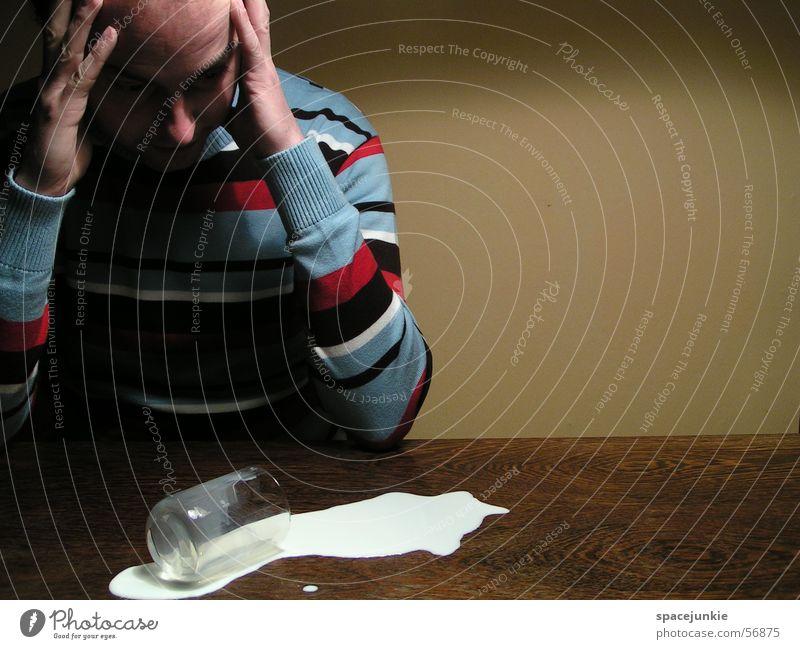 the milky way (2) Mann gelb Wand Glas Tisch Pullover Milch umfallen Missgeschick Getränk verschütten tollpatschig Milchglas Streifenpullover