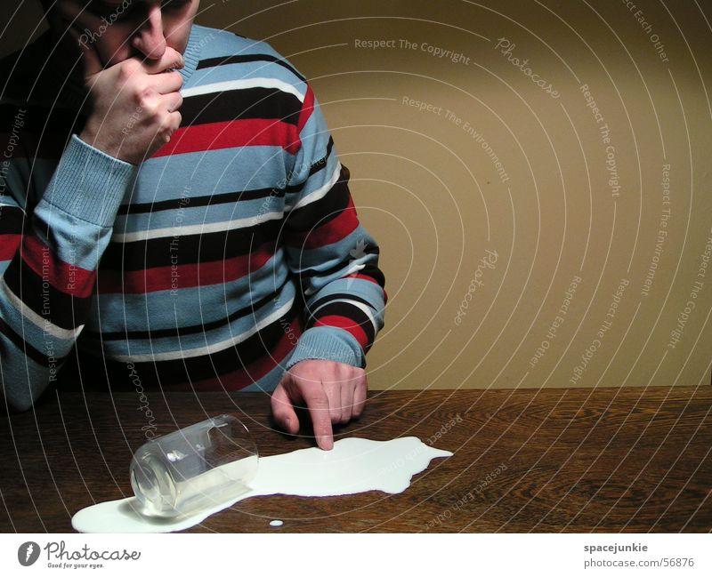 the milky way (3) Milch Tisch Mann Wand gelb Pullover Streifenpullover verschütten Glas Milchglas umfallen Missgeschick Textfreiraum rechts tollpatschig