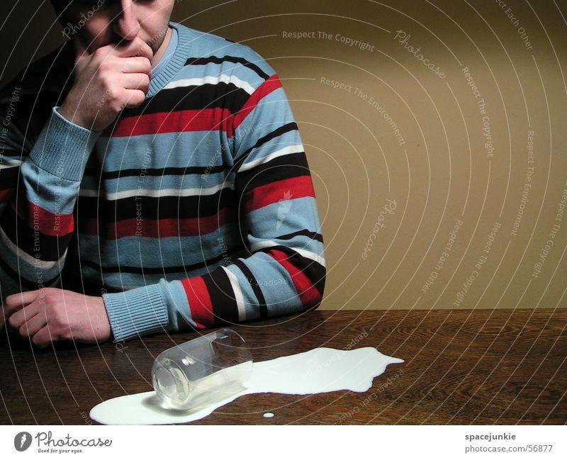 the milky way (4) Milch Tisch Mann Wand gelb Pullover Streifenpullover verschütten Glas tollpatschig Textfreiraum rechts Missgeschick umfallen Milchglas