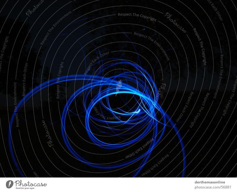 Spuren in blau Diode dunkel Leuchtspur Nacht schwarz Streifen Kreis Kreisel Licht Geschwindigkeit Aktion Tunnelblick Sog saugen Begierde Elektrizität Richtung