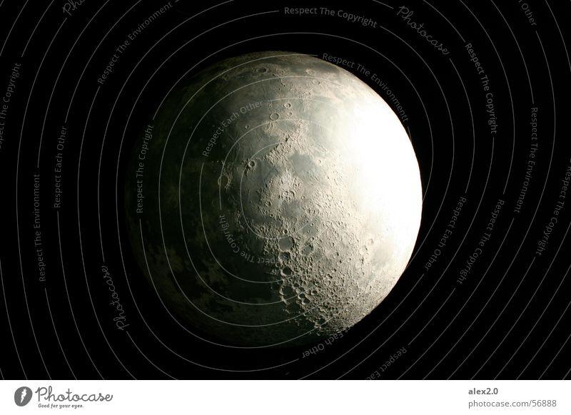la luna en la tierra schwarz dunkel Ball rund Kugel Weltall Mond Planet Raumfahrt