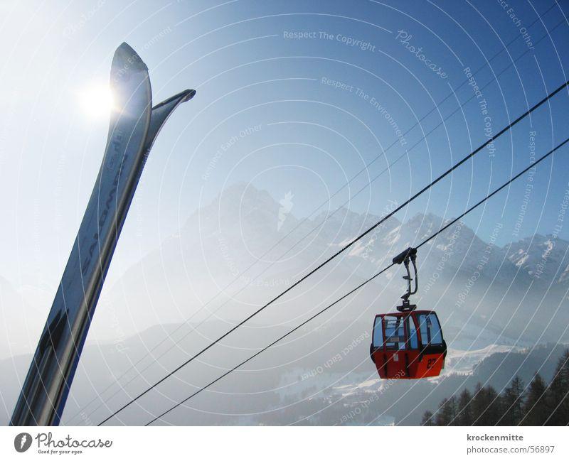 gipfeltreffen Sonne Winter Stahlkabel diagonal Skier aufwärts Dunst Wintersport Winterurlaub Bergkette alpin Drahtseil Gondellift himmelwärts Skierspitze