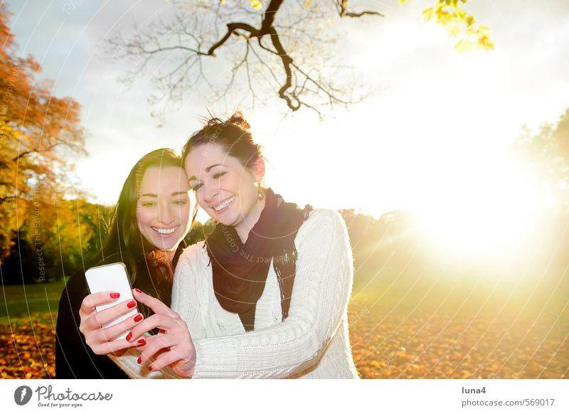 Selbstporträt Freude Glück Sonne Telefon Handy PDA Informationstechnologie Mensch feminin Junge Frau Jugendliche Erwachsene Geschwister Schwester Freundschaft 2