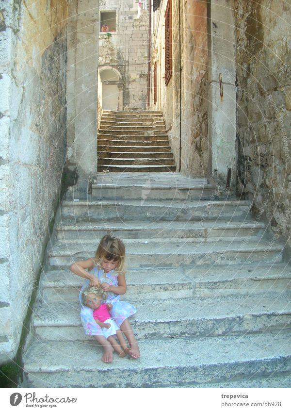 maedchen Kind Treppe Puppe Altstadt Dubrovnik